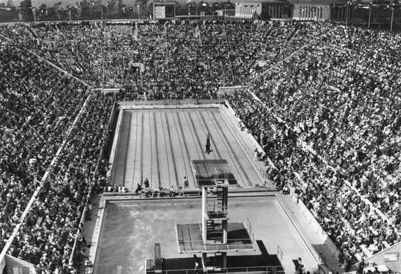 Aus dem Olympiastadion übertrug eine Farnsworth-Kamera 15 Sendungen mit einer Gesamtzeit von 19 Stunden. Im Schwimmstadion war das Ikonoskop der Reichspost installiert. Erstmals in der Sportgeschichte wurden die Schwimmer unter Wasser aufgenommen. Berlin, 1936. o.p.