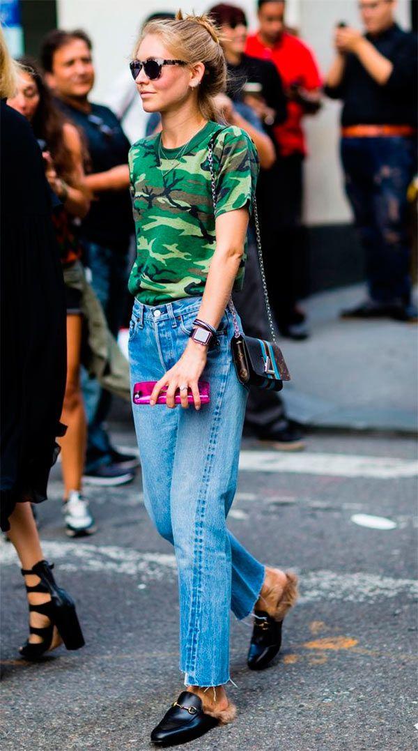 Street style look com blusa camuflada.