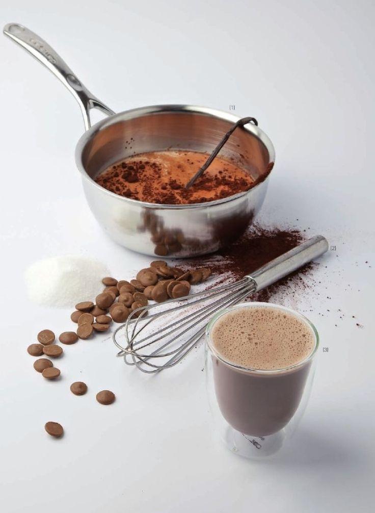 Bereiden:  Kook de melk, samen met de room, het vanillestokje en de suiker. Giet de kokende vloeistof op de cacaopoeder en de chocolade. Roer goed door met een klopper en serveer.  Tip:  Snij het vanillestokje in twee. Schraap de zaadjes er uit met een mes en doe de zaadjes en de stokjes in de pan.