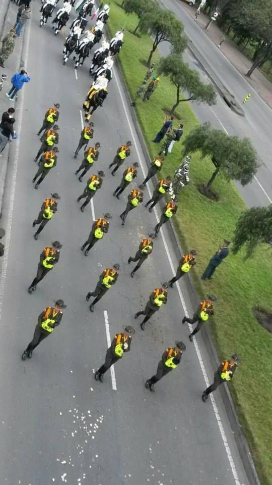Mujeres carabineros con los cachorros del criadero de la Policía Nacional. #20DeJulio #SomosColombia