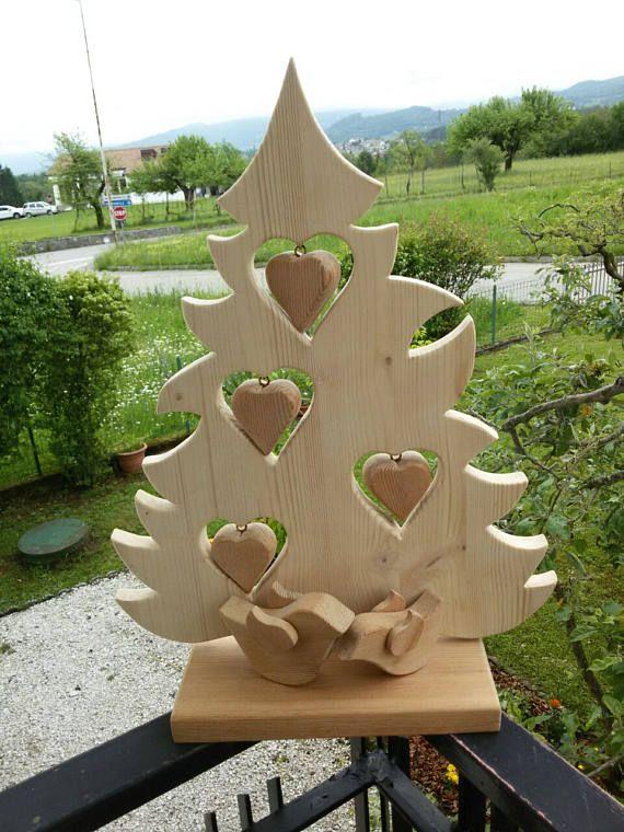 Albero di Natale fatto a mano con decorazioni di cuori in