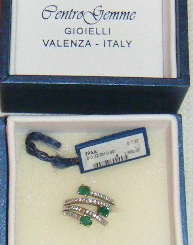 anello in oro bianco, smeraldi e brilantini, centro gemme Valenza