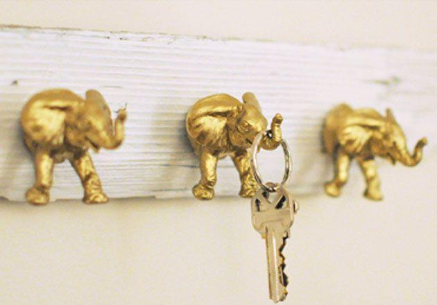 Un porte clé DIY avec sujets plastique bombés de peinture dorée