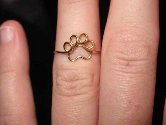 SELECCIONE SU COLOR Y TAMAÑO DEL ANILLO  Este anillo es tan adorable!! Es hecho a mano y alambre envuelto en este anillo de impresión pequeña de la pata.  Se envuelve para arriba su tamaño del anillo y con dos pequeños lazos en la espalda. Se verá adorable como un nudillo o un anillo de tamaño regular!  Es pequeño, ligero y un pequeño anillo simple para los amantes de los animales!  SELECCIONE SU COLOR Y TAMAÑO DEL ANILLO  Si usted es inseguro sobre tamaños, seleccione seguro promedio ON el…