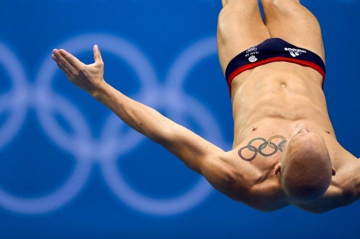 Julio 27 de 2012 - El atleta británico Nicholas Robinson Baker con su tatuaje de anillos olímpicos, en una sesión de entrenamiento de clavado en el Centro Acuático. (AFP/VANGUARDIA LIBERAL)