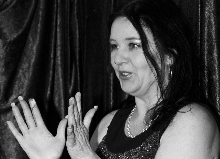 """2015-03-29 Tid: 14.00-16.00 - Stockholm Föreläsaren och författaren Cecilia RockBabe Kärvegård berättar på ett inspirerande och levande sätt om hur du med positiva tankar förbättrar alla områden i ditt liv för att få mer livsglädje. Hon ger enkla tips för hur du får mer guldkant på vardagen och ger många roliga exempel ur sitt eget minst sagt """"turbulenta"""" liv. Att ha livskvalitet, en inre trygghet och livsglädje är att ha Rockstjärnestatus. Under föreläsningen får publiken testa på att lura…"""