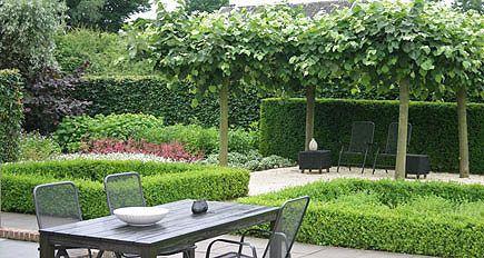 http://www.tuindesign-ten-horn.nl Tuinarchitect - tuinontwerp. Landelijke tuin met mooi weids uitzicht en een wat formelere voortuin (Limburg).