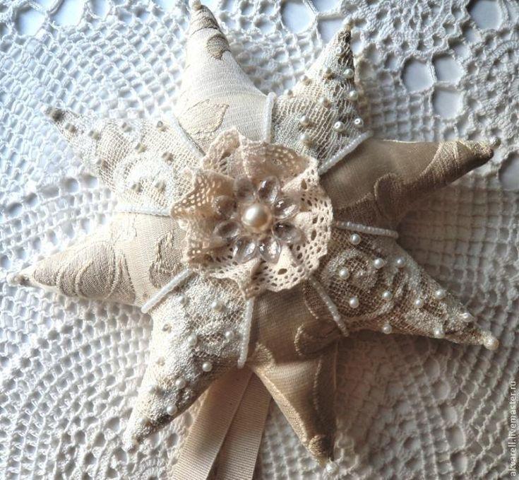 Хочу поделиться небольшим мастер-классом по шитью рождественской звездочки, которой можно украсить верхушку новогодней елки. Итак, для начала выкройка. Размер готовой звездочки — 24см в диаметре. Строим восьми конечную звезду по диаметру круга 25см: Для шитья нам понадобится: - 2 вида красивой ткани для лицевой стороны звезды; - ткань для обратной стороны; - красивые ленты для петли и завязок; - кружево; - бусины, бисер, пайетки. 1.