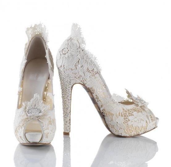 Η rococo αναφορές του οίκου Chanel για τη νυφική συλλογή υποδημάτων 2013! Μαζί με το προσκλητήριο γάμου με  δαντελένια υφή, τότε  η δαντέλα είναι στα καλύτερά της!  www.lovetale.gr