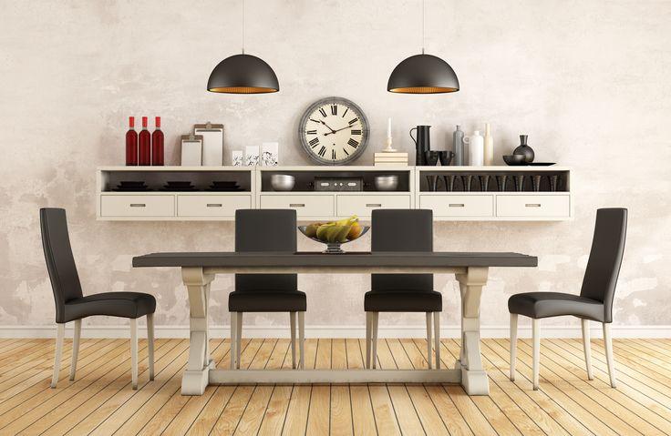 Stylowa jadalnia z drewnianym dwukolorowym stołem i kompletem biało-czarnych krzeseł    Stylish dining room with wooden two-tone table and set of black and white chairs