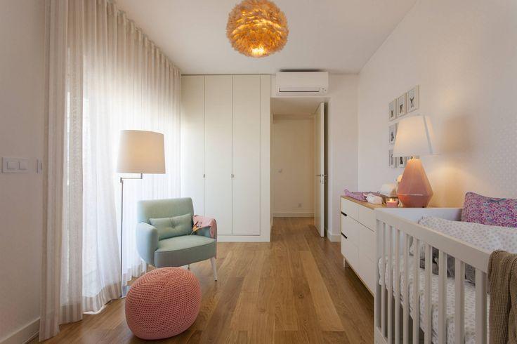 Quarto Bebé : Stanza dei bambini moderna di Traço Magenta - Design de Interiores