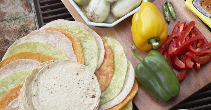 Cómo guardar tortillas. Las tortillas son círculos planos y delgados de pan a base de maíz o de harina y son un elemento básico en la cocina mexicana. El tamaño de una tortilla puede variar desde una pequeña, 6 pulgadas (15 cm) de diámetro a más grandes, del tamaño de un burrito que miden hasta 14 pulgadas (35 cm) de diámetro. Las tortillas no utilizadas pueden ser ...