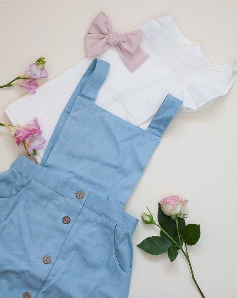 Retro style. Hair styles. Hair accessories. Pastel color. Flower Power. Mini retro bow. Classic bow. Oversized. Cotton. Only girl. Baby girl. Sweet. Little lady. Rose. White. Blue. Taupe. Summer outfit. Dress. Skirt. Blouse. T-shirt. Linen.