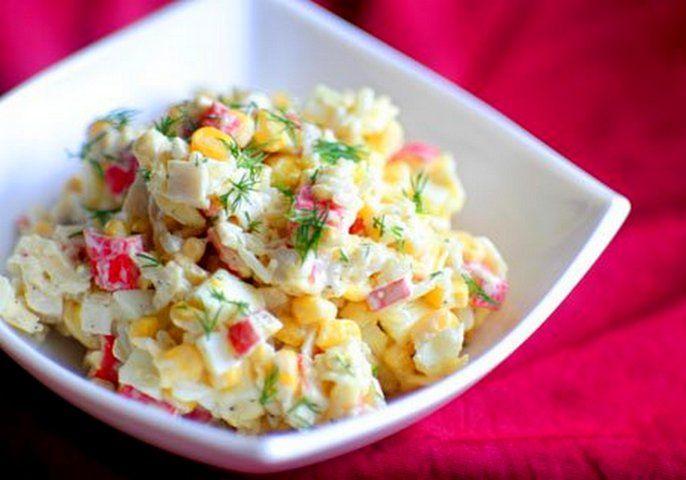 Салат из крабовых палочек, яйца и соленого огурца