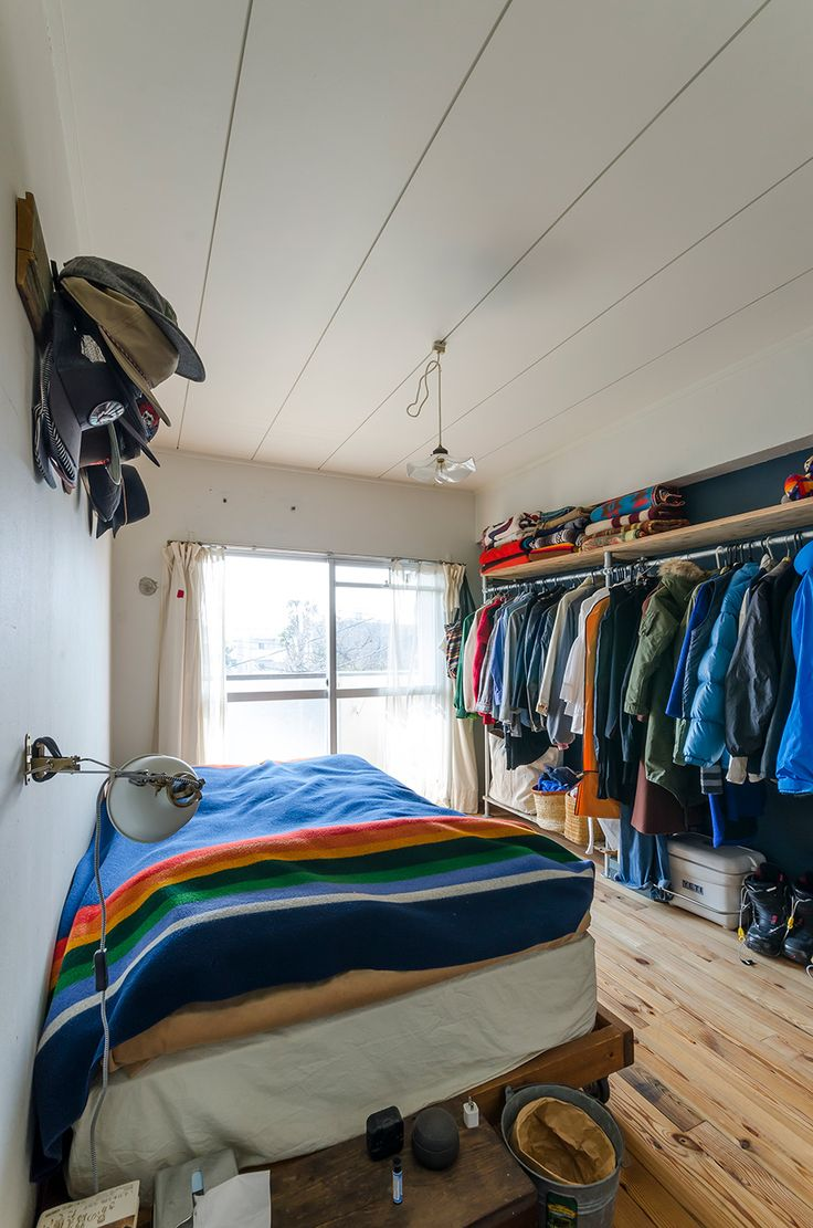 ベッドルームも、白い壁と無垢の床のシンプルな空間。ベッドフレーム、ハンガーラックはDIYで。