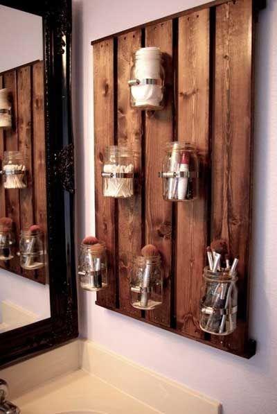 Tarros de vidrio reciclados para utensilios de uso en un cuarto de baño rústico