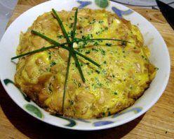 Ok, come rimediare un pasto veloce ed ottimo quando si ha in frigo poca roba, una fame boia e una discinta voglia di giapponese…Oyakodon, donburi di pollo e uova. Il donburi e' un piatto comune nella cucina casalinga giapponese e consiste di una ciotola di riso gohan con sopra dei condimenti. In questo caso e' …