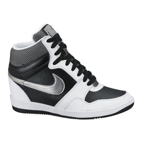 Force Sky High #Nike damessneaker met sleehak. Deze schoen brengt het klassieke model naar nieuwe hoogtes dankzij de verborgen sleehak en de kleurrijke details.