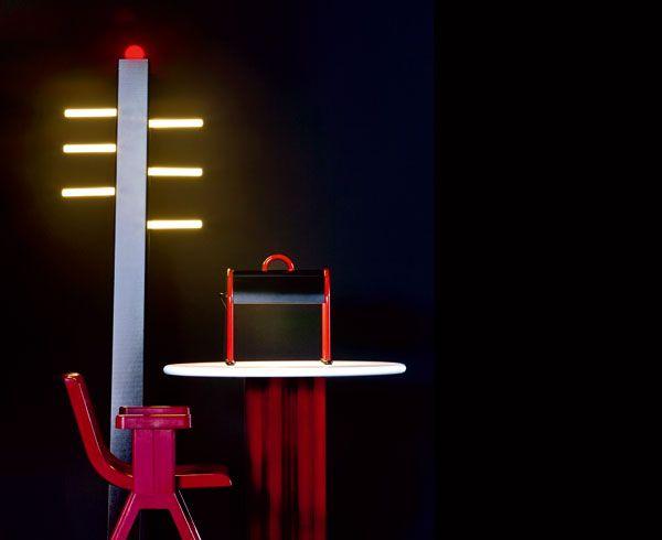 Della collezione Mobili Lunghi, la lampada da terra Gala di Post Design. In alluminio e acciaio il tavolo Echo di Segis, firmato da Sottsass Associati nel 2007. Due pezzi degli anni '70: lampada da tavolo Valigia e la sedia progettata per Olivetti Synthesis