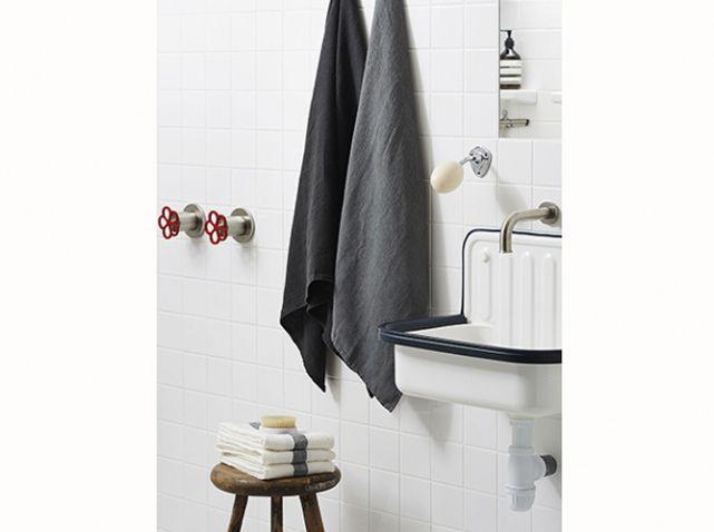 Et si vous avez un lave-mains : le linge de toilette Très chic et intemporelle, ces associations d'un panel de gris et blanc en nid d'abeille marche parfaitement. On garde l'idée de ces petites serviettes joliment pliées sur un tabouret, pour une ambiance chambre d'hôtel. Serviette nid d'abeille, 5 €, serviette rayée, 29 €, Merci