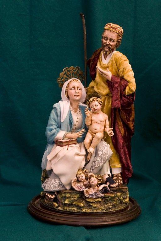 campana . mani, piedi ,teste e bimbo in ceramica dipinta ad olio.