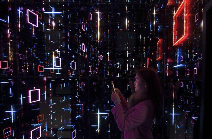 """Une dame prend des photos comme elle voit une exposition intitulée """"Oh avenir Sensation!» Dans le cadre des célébrations du 350e anniversaire de Saint-Gobain à Shanghai"""