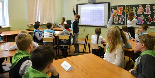 Гибридный урок - это занятие, совмещающее цифровой контент (например, компьютерные игры разной направленности) и классическое общение «лицом к лицу». Такой метод дает ученику возможность контролировать личное пространство и время, обучаясь в комфортном для него темпе.