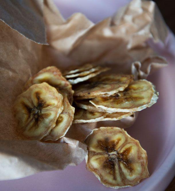 Tænk at det skulle være så nemt at lave de lækreste bananchips selv, som smager så meget bedre end købeversionen - se opskriften her