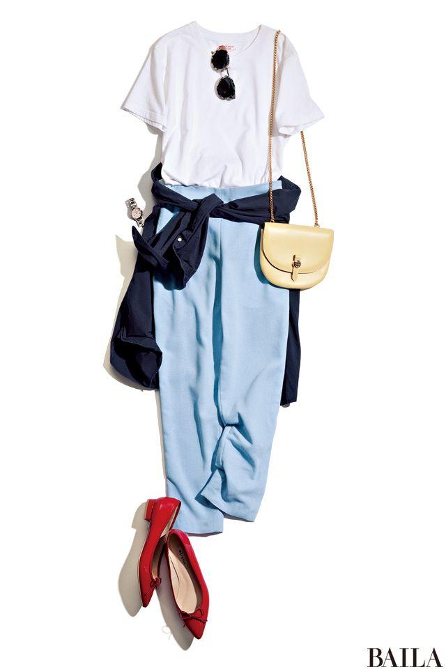 白Tシャツとブルーパンツの淡い配色スタイルは、ネイビーのシャツでメリハリをつけるとキリッとした雰囲気に。ムシムシする日中は、シャツを腰巻してウエストマーク! ヒップをおしゃれに隠して、スタイルをよく見せてくれます。室内で冷え込むときは、シャツを羽織って防寒を。小物はカラフルに仕上・・・