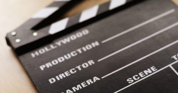 """Como fazer uma claquete de filme de verdade. A claquete lembra a produção de filmes. Ela é o objeto que é segurado em frente à câmera, antes de filmar uma tomada. Detalhes do filme e o número da cena são escritos nela para identificar o trecho do filme ou do vídeo, quando as partes são vistas posteriormente. A seção de cima da """"claquete"""" é usada para sincronizar o som e o vídeo durante a ..."""