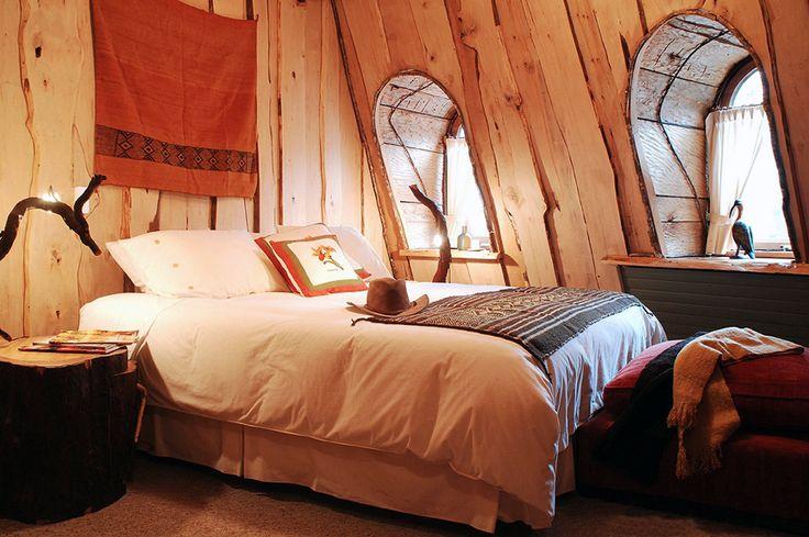 Detalle habitación del hotel Huilo. Las habitaciones cuentan con todo tipo de comodidades, revestidas y decoradas en maderas de la zona y sorprende la calidad de las dotaciones de este hotel en medio de la selva de la Patagonia.