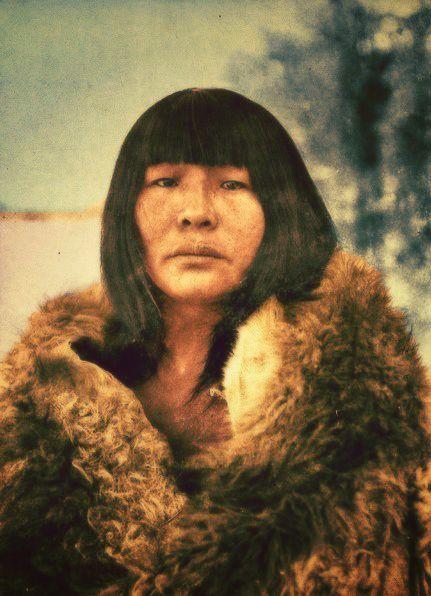 Mujer Selknam, fotografiada por el sacerdote Alberto Maria de Agostini durante su viaje a la isla de Tierra del Fuego en 1917.