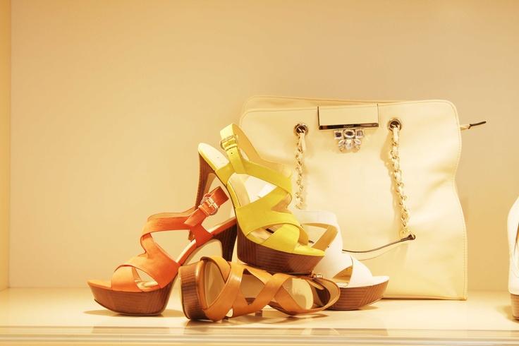 Luxury store | Nuova vetrina  #sandalo #donna #pelle #arancio #lemon #bianco #caramello