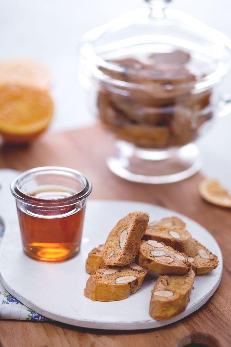 """I cantucci, conosciuti anche con il nome originale di """"biscotti di Prato"""", sono tra i biscotti più amati e conosciuti al mondo! #Giallozafferano #ricetta #italianrecipes #Tuscany #traditionalrecipes"""