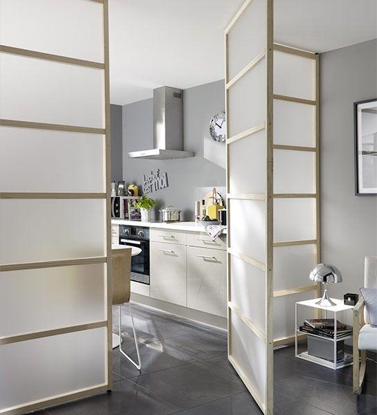 Avec des panneaux transparents en guise de séparation, la pièce du fond conserve toute la clarté de la lumière du jour. http://www.castorama.fr/store/pages/idees-decoration-facile-separer-espaces.html