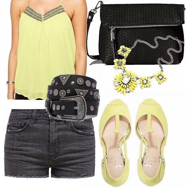 Una serata d'estate in discoteca o un party grintoso. Shorts in denim grigio, canotta e scarpe giallo chiaro, qualche dettaglio nero e l'effetto rock è assicurato!