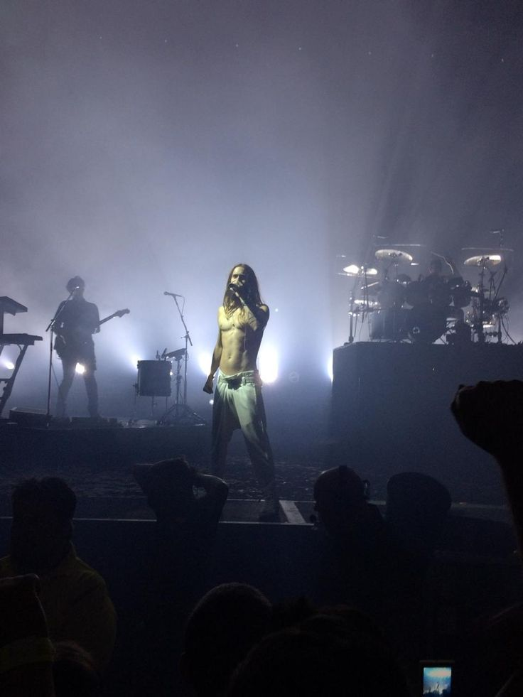 @JaredLeto what was the bet you made to perform the concert without shirt? pic.twitter.com/rQTtePb2JB