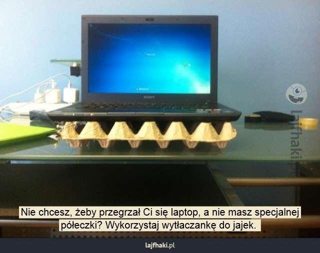 Przegrzany laptop - Nie chcesz, żeby przegrzał Ci się laptop, a nie masz specjalnej półeczki? Wykorzystaj wytłaczankę do jajek.