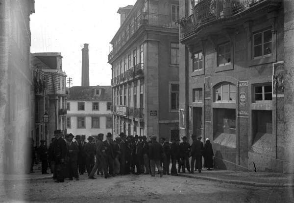 A Rua Serpa Pinto em 1918, no troço que viria a ser a Rua 16 de Outubro (Foto: Joshua Benoliel, Arquivo Municipal de Lisboa)