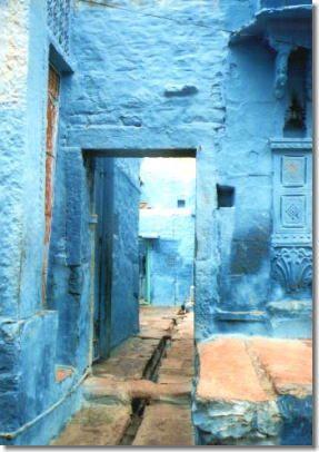 ジョードプルの街は真っ青! 虫除けのために青色に塗られたそう。