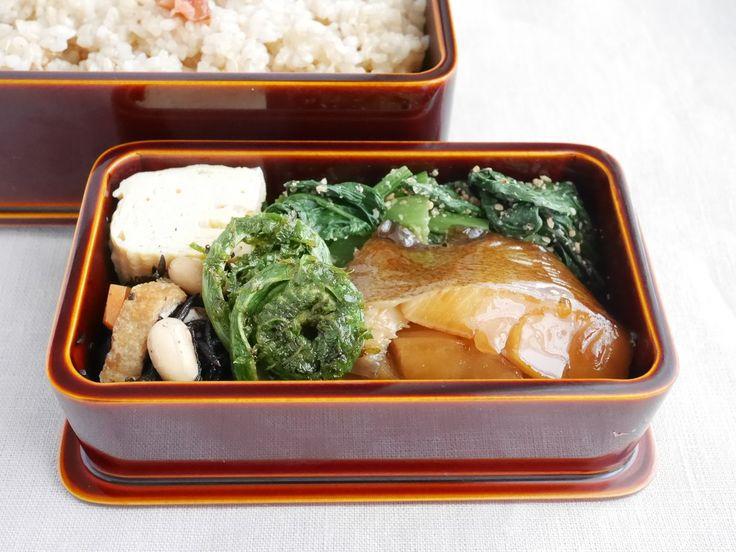 玄米御飯200g(梅干)、カラスガレイ煮付、こごみ揚げ浸、ひじき豆、出汁巻玉子、なばな菜胡麻和