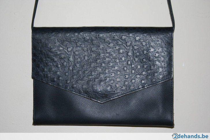 VINTAGE handtas donkerblauw leer - €9 Enveloppe tas in donkerblauw leer. Uitstekende staat, 26cm L x 18cm H x 1.5cm B, lis totale lengte 120cm maar kan aangepast worden en zonder gedragen worden.