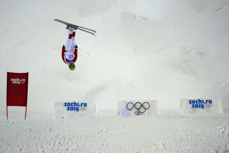 Atlit China Ning Qin bersaing dalam babak kualifikasi Freestyle Skiing Moguls untuk perempuan di Rosa Khutor Extreme Park di Olimpiade Musim Dingin Sochi, Rusia. (6 Februari 2014)