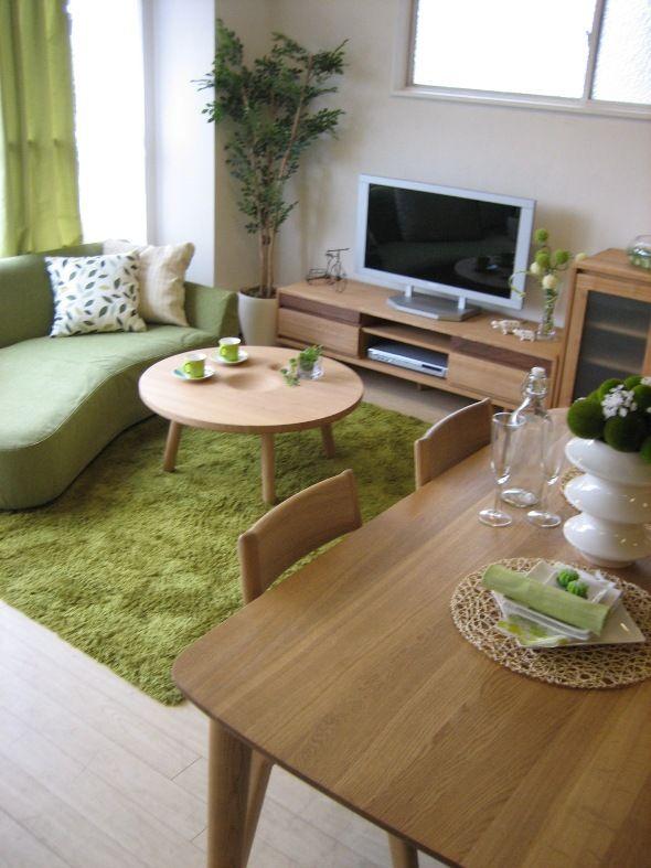 タモ材とウォールナット無垢材を組み合わせたナチュラルな家具を中心にインテリアコーディネート