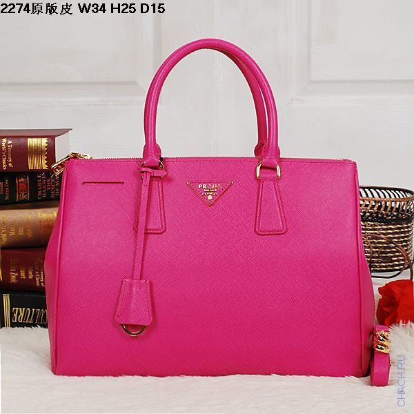 Стильная кожаная сумка малинового цвета Prada