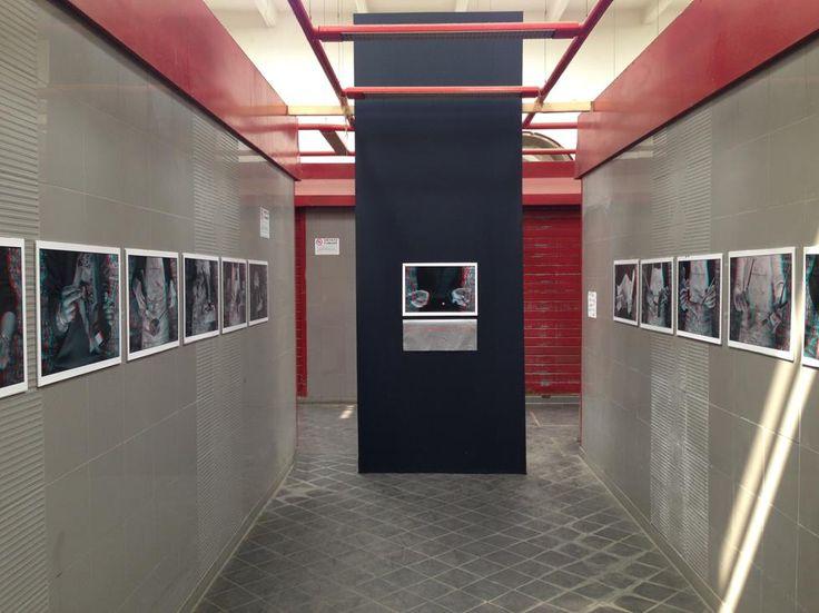 Il corridoio del Mercato Rionale diventa sala di esposizione fotografica.