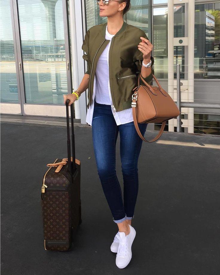 """Летать красиво! Впереди долгие зиние каникулы и многие из нас уже """"на чемоданах"""". Поэтому правильный aeroportlook как никогда актуален. В самолет нужно одеваться прежде всего так чтобы было удобно и комфортно. Поэтому любые сложные наряды и обувь на каблуках лучше оставить для вечеринок а для полета больше подойдут практичные джинсы натуральный трикотаж и обувь на низком каблуке.  Удобный но одновременно очень модный look выбрала fashion блогер @my__closet__diaries - легендарный люксовый…"""