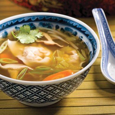Cette soupe chinoise bien connue peut être réalisée à la maison. Fabriquer ses propres wontons n'est pas plus difficile que de faire des raviolis, des gyozas ou toute autre pâte farcie.