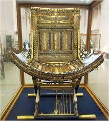 Uno de los asientos de ebano y incrustaciones del tesoro de la tumba de Tut Ank Amon, tour Cairo y visita al museo egipcio en Cairo, #tour #museo_egipcio  #Egipto  http://www.maestroegypttours.com/sp