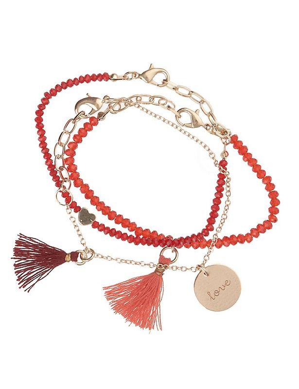 'Boho chic' Juego de pulseras en rojo y dorado, con 'charm' con la palabra 'love' (19,95 €).
